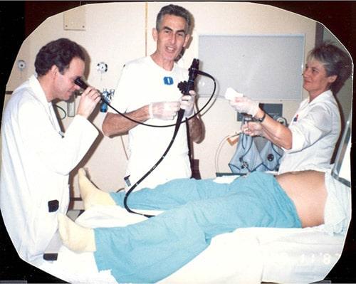 Carl Ditlef Jacobsen som ung endoskopør, en assistentlege og sykepleier Live.