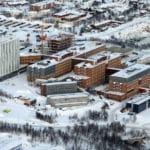 UNN, Tromsø ligger nord på Tromsøya i tilslutning til UiT. Litt til venstre i bildet er det nye pasienthotellet og bak til høyre det nye PET senteret. Foto Ronald Johansen