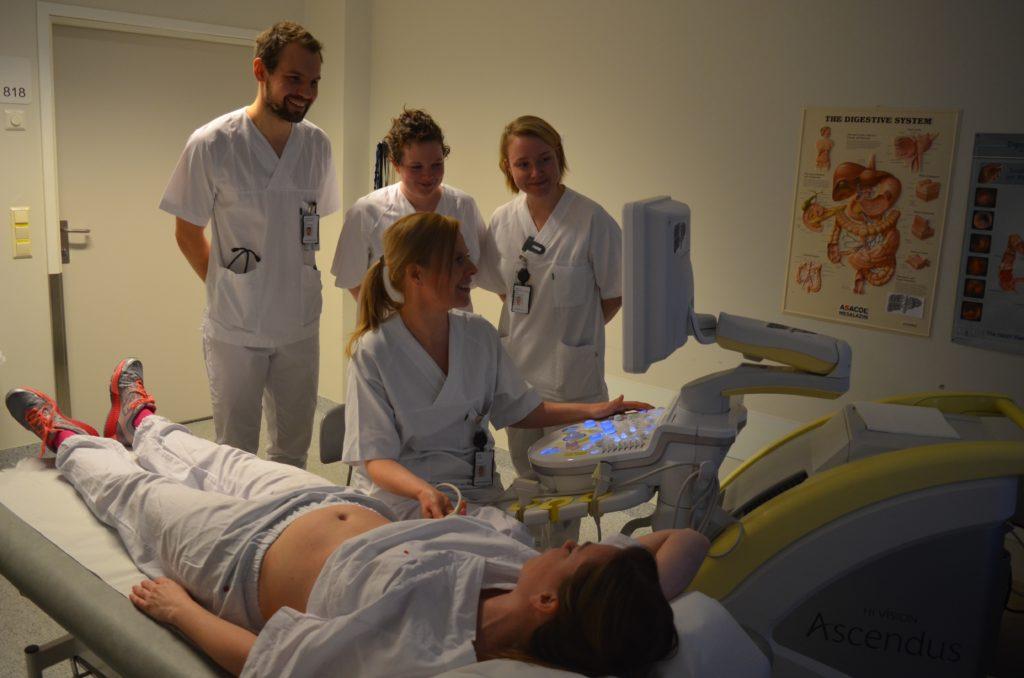 Ultralyd abdomen. Fra venstre: LIS Hans Petter Amundsen, LIS Åshild Hana, LIS Ingvild B Pedersen. Foran overlege Hege Kileng